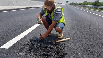 """Bộ GTVT yêu cầu """"trảm"""" nhà thầu vừa vá mặt đường cao tốc 34.500 tỷ Đà Nẵng - Quảng Ngãi đã tái hỏng - ảnh 1"""