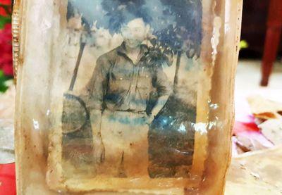 Bức ảnh chân dung cùng nhiều di vật của 13 liệt sĩ dưới hố chôn tập thể ở Đồng Nai - ảnh 1