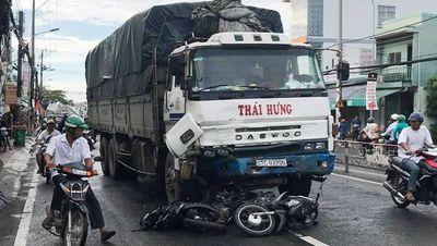 Xe tải tông hàng loạt xe máy, 11 người bị thương - ảnh 1