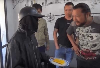 """Sự thật bất ngờ video """"giải mã gã ăn xin mặt đen"""" thu hút hơn 10 triệu view - ảnh 1"""