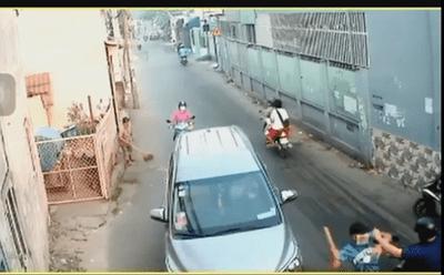 Video: Người đàn ông đi mua đồ ăn bị 4 người bịt mặt truy sát kinh hoàng giữa phố - ảnh 1