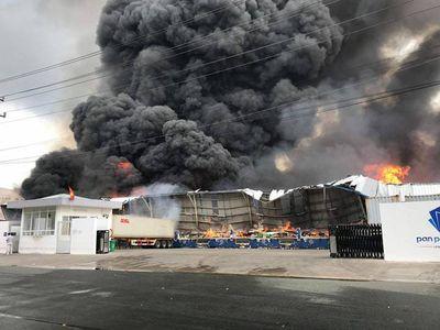 Đang cháy lớn tại KCN Sóng Thần 2, cột khói bốc cuồn cuộn hàng trăm mét - ảnh 1