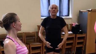 Cụ ông 75 tuổi bán tivi, lấy tiền học múa ballet sau khi vợ qua đời - ảnh 1