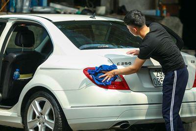 """Rửa xe, dịch vụ """"hốt bạc"""" trước ngày Tết: Giá 200 nghìn đồng/lượt, khách vẫn ùn ùn xếp hàng - ảnh 1"""