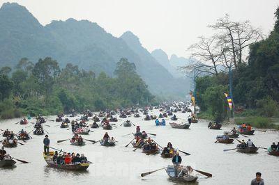 Hơn 4 vạn du khách trẩy hội chùa Hương ngày mùng 5 Tết - ảnh 1