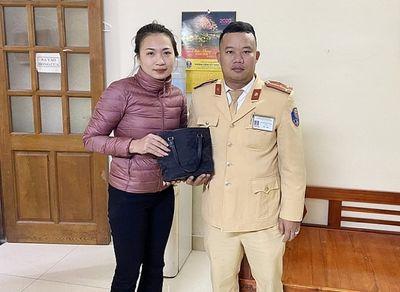 CSGT Hà Nội trả lại gần 50 triệu đồng cho người đánh rơi - ảnh 1