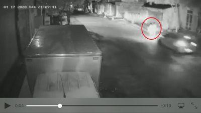 Xe ô tô hất tung 2 người phụ nữ đi bộ trên đường khiến 1 người tử vong - ảnh 1