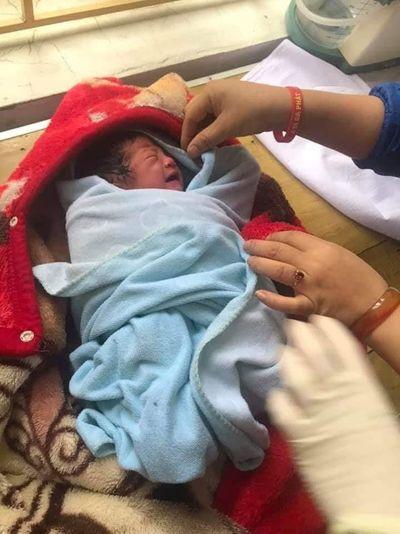 Vụ bé sơ sinh bị bỏ rơi trong nhà nghỉ ở Yên Bái: Truy xét camera tìm người phụ nữ bí ẩn - ảnh 1