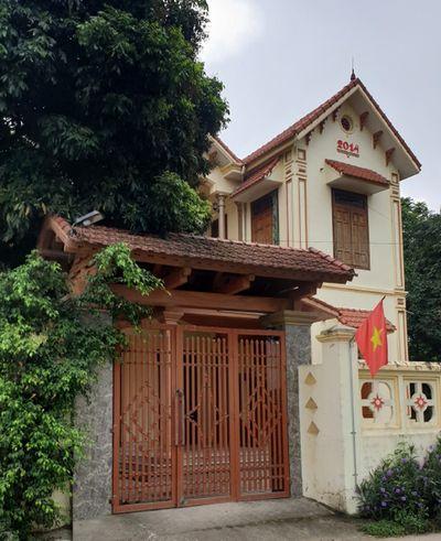 """""""Hộ cận nghèo"""" đi ô tô, ở nhà lầu tại Thanh Hóa là người thân cán bộ thôn, xã - ảnh 1"""