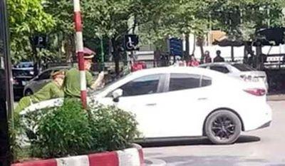 Hà Nội: Bắt tạm giam tài xế ô tô hất cảnh sát lên nắp ca pô, bỏ chạy 1 km - ảnh 1