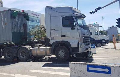 Xe máy va chạm container, bé trai 6 tuổi tử vong, mẹ nguy kịch - ảnh 1