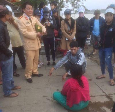 CSGT cứu người phụ nữ gieo mình xuống sông tự tử vì túng quẫn - ảnh 1