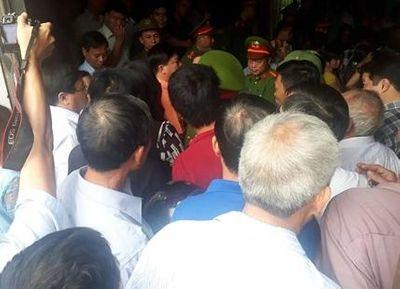 Người nhà nạn nhân gây náo loạn ở buổi xin lỗi công khai ông Hàn Đức Long - ảnh 1