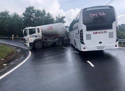 Tin tai nạn giao thông mới nhất ngày 11/1/2019: Cô gái trẻ tử vong thương tâm dưới bánh xe tải sau cú ngã - ảnh 1