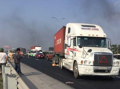 Container tông trúng nhóm công nhân trên cao tốc Pháp Vân - Cầu Giẽ, 1 người tử vong - ảnh 1