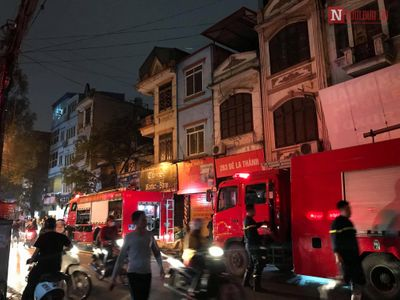 Cháy lớn tại cửa hàng bán đồ ăn trên đường Đê La Thành, dân vội vàng di tản đồ đạc ra ngoài - ảnh 1