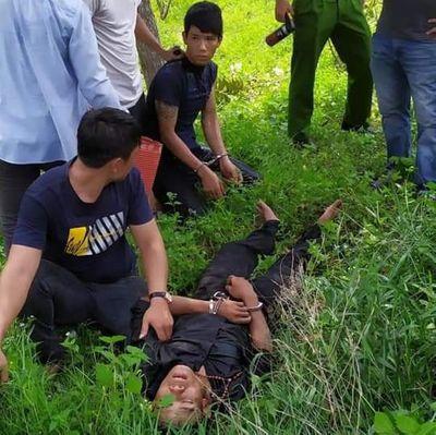 Bị vây bắt, nghi phạm buôn ma túy dùng kiếm chống trả cảnh sát - ảnh 1