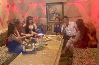 Bắt quả tang dàn nữ tiếp viên nhà hàng ăn mặc khêu gợi phục vụ khách trong phòng VIP - ảnh 1