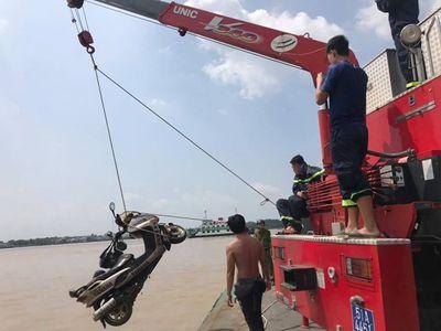 Vụ thi thể nhà báo nổi trên sông: Tìm thấy xe máy, trích xuất camera nhận định nguyên nhân ban đầu - ảnh 1