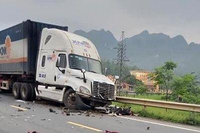 Tin tai nạn giao thông mới nhất ngày 17/5/2020: Container tông trực diện 3 xe máy và 1 ô tô, học sinh lớp 12 tử vong - ảnh 1