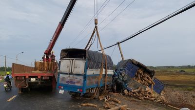 Ô tô tông xe tải chở củi trên quốc lộ, vợ tài xế tử vong trong cabin - ảnh 1
