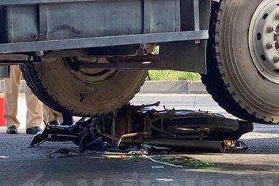 Tin tai nạn giao thông mới nhất ngày 24/6/2020: Vợ gào thét thảm thiết cạnh thi thể chồng dưới gầm xe ben - ảnh 1