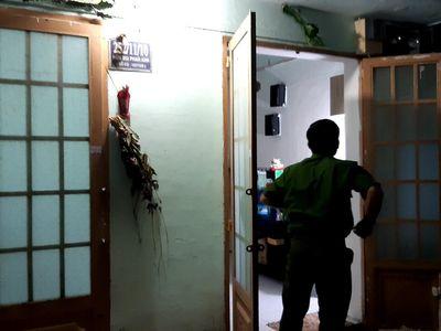 Vụ clip người đàn ông nhấc bổng bé gái lên ghì đầu vào tường: Tìm ra phòng trọ nơi bé gái bị bạo hành - ảnh 1