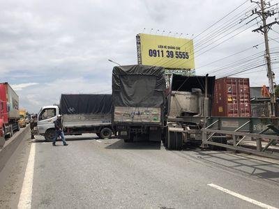 Tin tai nạn giao thông mới nhất ngày 2/7: Mercedes bốc cháy trơ khung trên cầu ở Quảng Ninh - ảnh 1