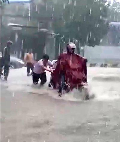 Xúc động hình ảnh 2 nam sinh dầm mình dưới mưa đẩy xe giúp người dân giữa dòng nước xiết - ảnh 1
