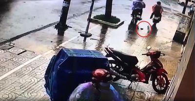 """Hy hữu: Trộm xe máy bị rơi ví tiền rồi """"tỉnh bơ"""" quay lại xin nhận ví - ảnh 1"""