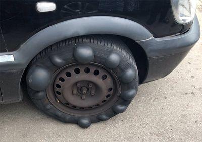 Lốp ô tô nổi bong bóng bất thường, cảnh sát phải chặn xe khẩn cấp - ảnh 1