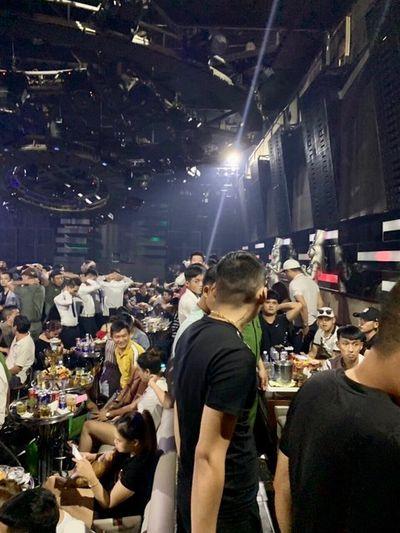 """Công an đột kích quán bar, phát hiện gần 200 dân chơi đang """"bay"""" - ảnh 1"""