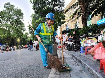 Người phụ nữ 30 năm cần mẫn với công việc làm sạch đường phố - ảnh 1