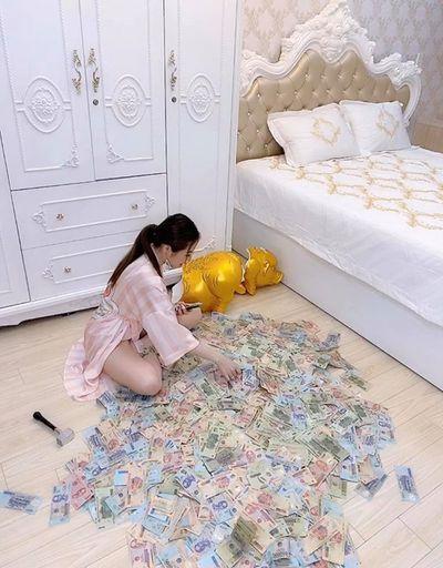 """Đập heo đất được gần 3 tỷ, hotgirl Sài thành bị """"tố"""" làm trò câu view vì chi tiết bất thường - ảnh 1"""