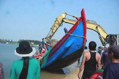 Quảng Ngãi: Hai tàu cá bị sóng đánh chìm, chủ tàu thiệt hại nặng - ảnh 1
