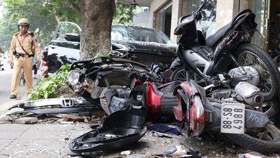 Hà Nội: Xe Honda Civic lao lên vỉa hè, đâm nát 6 xe máy - ảnh 1