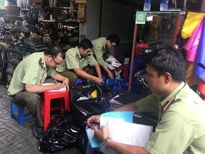 Đồng loạt kiểm tra chợ Bến Thành, Sài Gòn Square, thu giữ hàng ngàn sản phẩm nhái, giả - ảnh 1