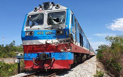 Băng qua đường ray, xe tải bị tàu hỏa húc văng 10m, tài xế nguy kịch - ảnh 1