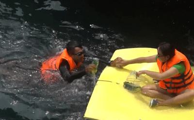 Không ngại vất vả, nhóm bạn trẻ tự nguyện lặn biển nhặt rác, khôi phục san hô - ảnh 1