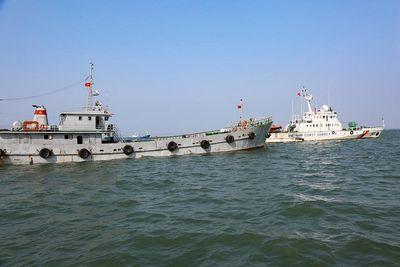 Cảnh sát biển tạm giữ một tàu vận chuyển 200.000 lít dầu DO trái phép  - ảnh 1