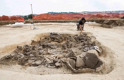 Đào móng xây công trình, phát hiện kho báu khổng lồ chứa đồ tùy táng của hoàng tử thời tiền La Mã - ảnh 1