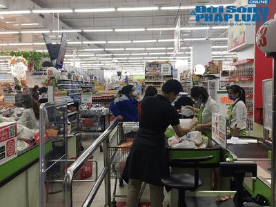 Người dân Hà Nội lại đổ xô đi mua hàng hóa, lương thực sau yêu cầu cách ly toàn xã hội - ảnh 1