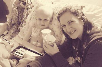Để gần mẹ phút cuối đời, cậu bé ung thư nằm trên thảm chùi chân chờ mẹ tắm - ảnh 1