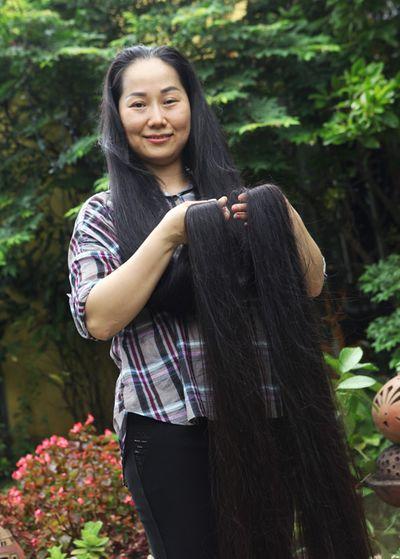 Cuộc sống của người phụ nữ có mái tóc dài và thẳng nhất Việt Nam - ảnh 1