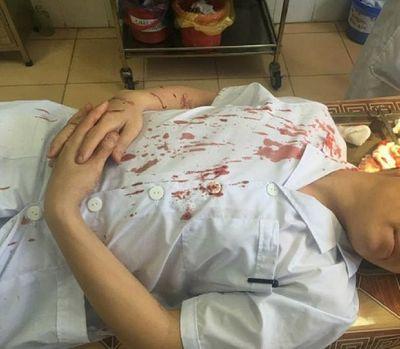 Bố bệnh nhi cầm cốc đánh bác sỹ Phó khoa bất tỉnh, máu chảy đầm đìa, khâu 7 mũi - ảnh 1