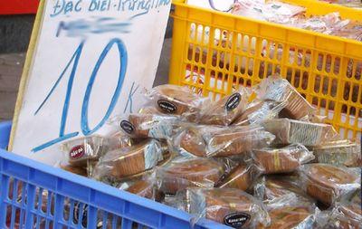 Bánh trung thu giá rẻ tràn xuống phố, 10.000 đồng/chiếc  - ảnh 1