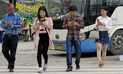 Dùng điện thoại khi qua đường có thể bị phạt gần 150 nghìn đồng - ảnh 1