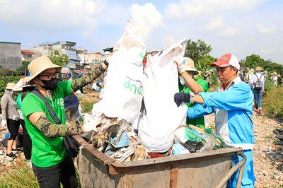 Hơn 100 tình nguyện viên thu dọn rác khu vực chân cầu Long Biên - ảnh 1
