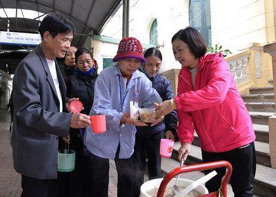Phát cơm từ thiện cho bệnh nhân nghèo ở Bệnh viện K - ảnh 1
