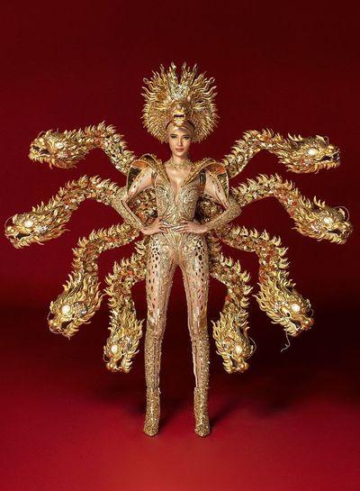 Choáng váng với bộ trang phục nặng 30 kg của Hoàng Thuỳ - ảnh 1